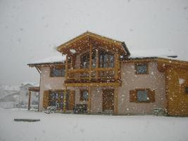 La facciata della casa in inverno